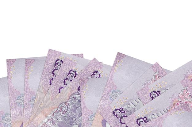Banconote da 500 baht thailandesi si trovano sul lato inferiore dello schermo isolato sul muro bianco con spazio di copia.