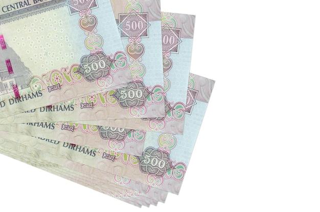 500 banconote dirham degli emirati arabi uniti si trovano in un piccolo mazzo o pacchetto isolato su bianco. concetto di cambio valuta e affari