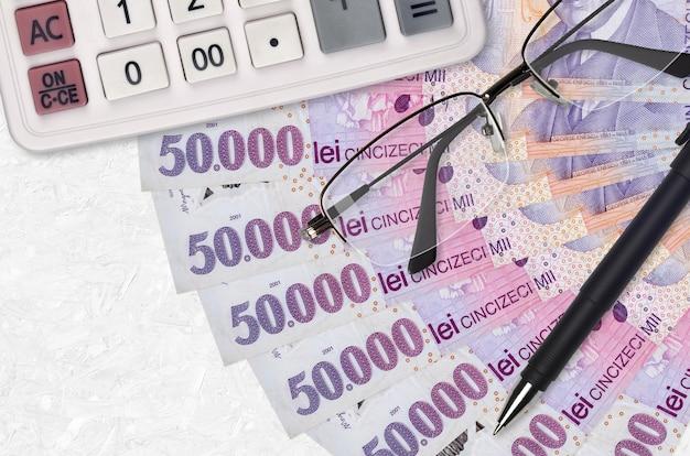 50000 leu rumeni fatturano il ventilatore e il calcolatore con i vetri e la penna. prestito aziendale o concetto di stagione di pagamento delle tasse. progetto finanziario