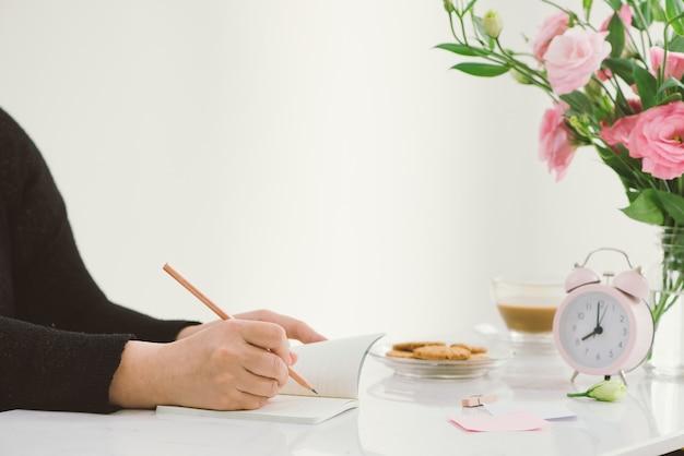 8:00 orologio. biscotti e fiori sul tavolo.