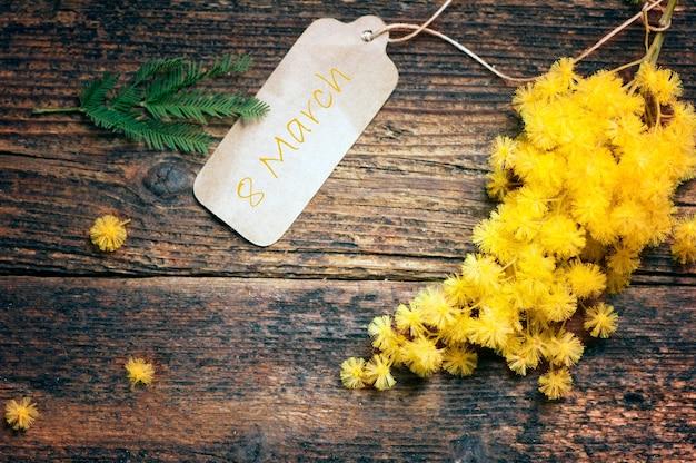 Cartolina dell'8 marzo e fiori di mimosa
