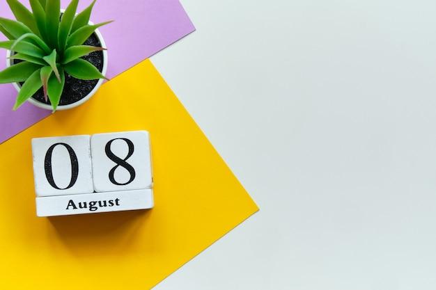 8 agosto - concetto del calendario del mese dell'ottavo giorno sui blocchi di legno con lo spazio della copia