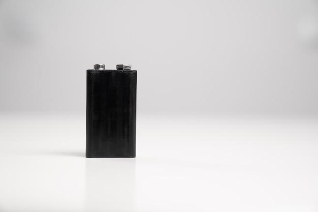 Batteria 9v colore nero su sfondo bianco. batterie e accumulatori usa e getta.