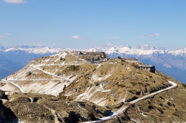 Caserme abbandonate sul monte grappa, italia. punto di riferimento della guerra fredda