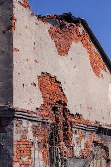 Edificio in mattoni abbandonato in uno stato di rovina.
