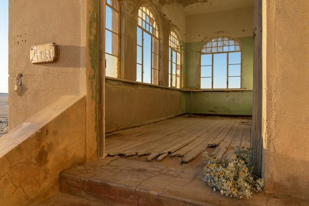 Costruzione abbandonata nella città fantasma di kolmanskop vicino a luderitz in namibia.