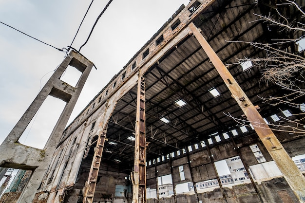 Edificio abbandonato con detriti nella città dopo la guerra. casa rotta in rovina sito di demolizione dopo la distruzione. avvicinamento