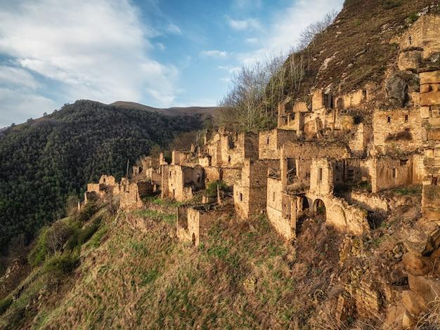 Aul etnico abbandonato. vecchia città fantasma abbandonata di gamsutl, daghestan, russia.