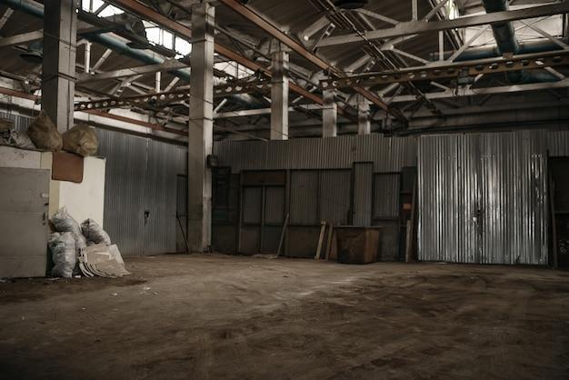 Corridoio di fabbrica abbandonato, interni grunge