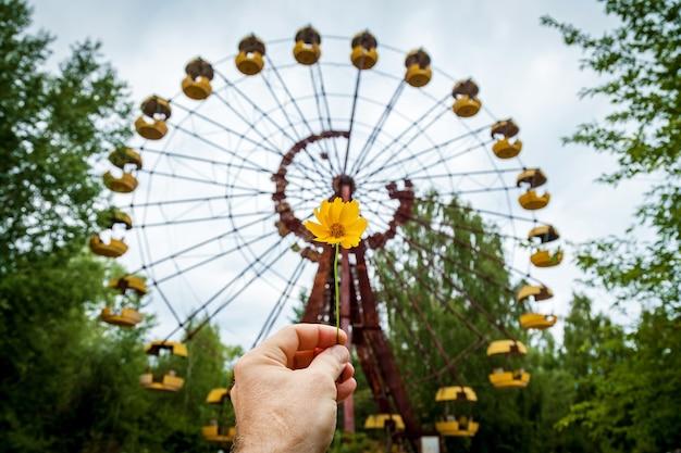 La ruota panoramica abbandonata nel parco divertimenti di pripyat. zona di alienazione della centrale nucleare di chernobyl