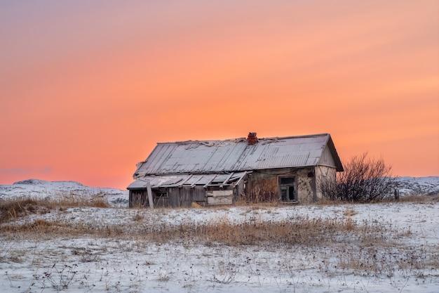 Casa abbandonata contro il cielo artico. vecchio villaggio autentico di teriberka