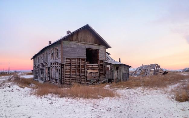 Casa abbandonata contro il cielo artico