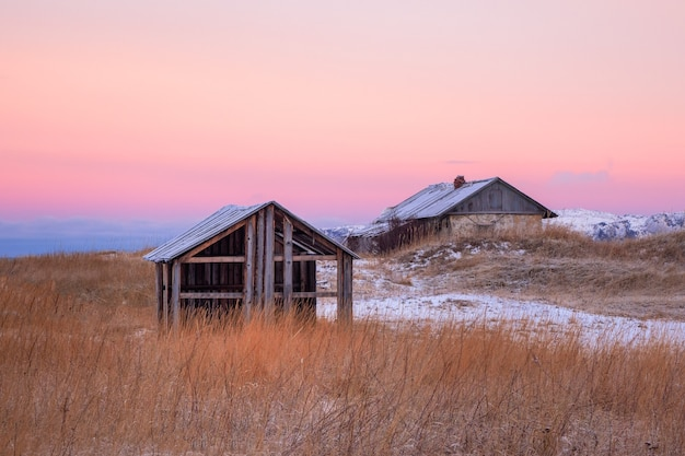 Case abbandonate contro il cielo artico. vecchio villaggio autentico di teriberka. penisola di kola. russia.