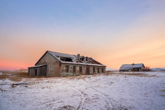 Case abbandonate contro il cielo artico. vecchio villaggio autentico di teriberka