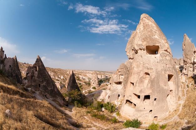 Abitazioni rupestri abbandonate a goreme nella regione della cappadocia. tacchino.
