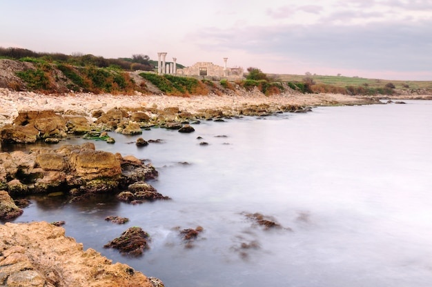 Spiaggia rocciosa abbandonata vicino al mare, chersoneso
