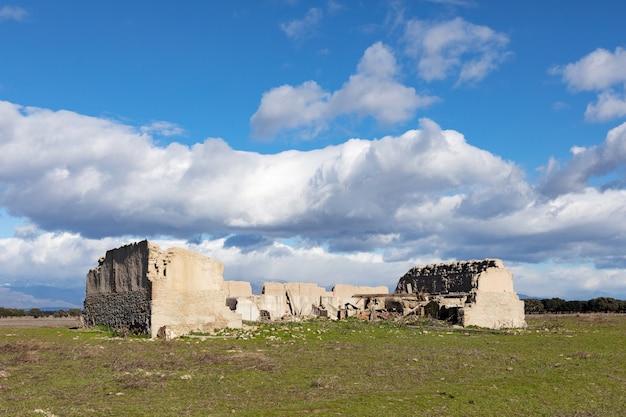 Casa abbandonata e diroccata in campagna. splendide nuvole nel cielo