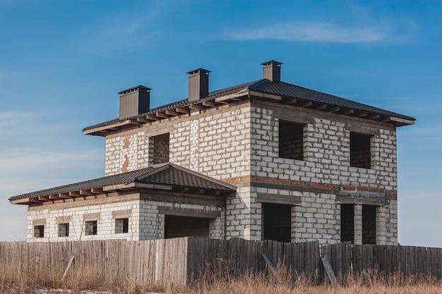 Casa vuota incompiuta abbandonata senza finestre, concetto di costruzione abbandonato