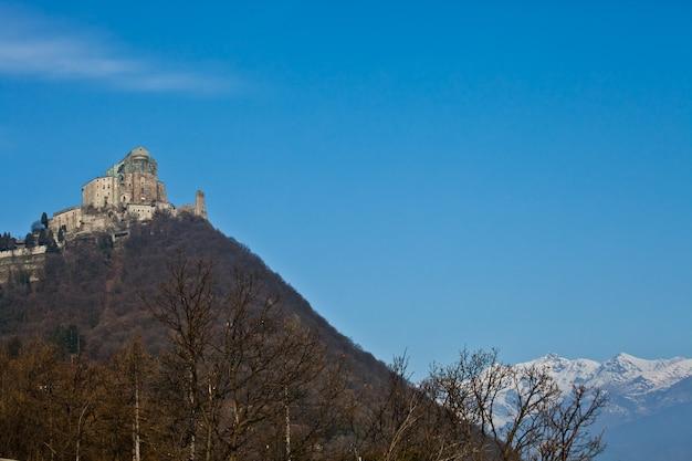 Abbazia del xi secolo, regione piemonte, italia. la chiesa, la cui costruzione durò molti anni, si caratterizza per l'insolita posizione e architettura.