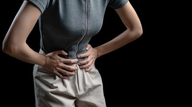 Donna con dolore addominale, foto dell'intestino crasso sul corpo della donna, sintomo di diarrea mal di stomaco, crampi mestruali o intossicazione alimentare. concetto di assistenza sanitaria.