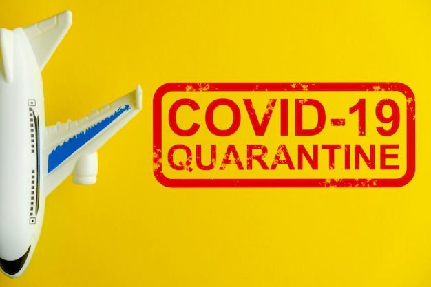Aeroplano astratto con la quarantena scritta a causa del virus covid-19.