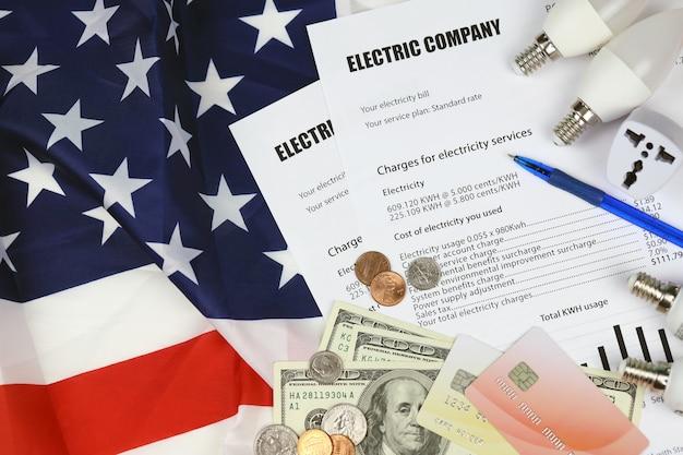 Bolletta elettrica americana astratta. concetto di risparmio di denaro utilizzando il risparmio energetico ha portato le lampadine e la fattura di pagamento della bolletta elettrica