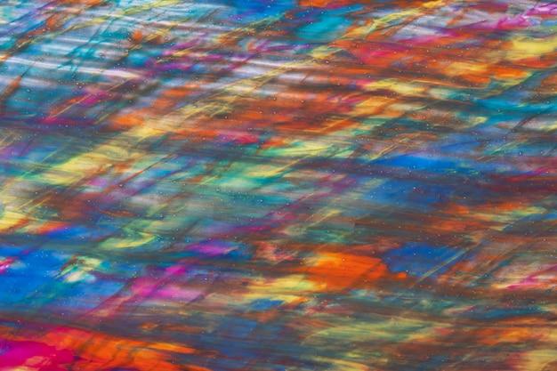Colori blu e rossi scuri del fondo di arte astratta. dipinto ad acquerello su tela con sfumatura arancione. frammento di opera d'arte su carta con motivo arcobaleno verde. contesto di struttura, macro.