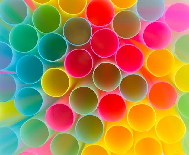 Sfondo astratto da cannucce di plastica colorate. giallo, rosso e blu.