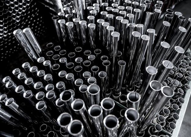 Sfondo astratto di tubi di acciaio impilati su un pallet.