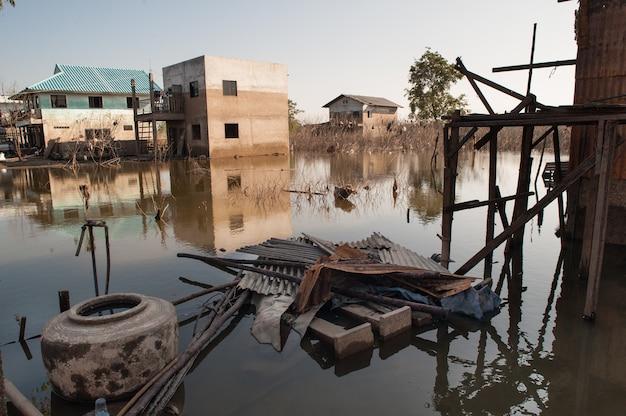Struttura astratta del fondo del modello della macchia del livello d'acqua dopo l'inondazione sulla casa del muro