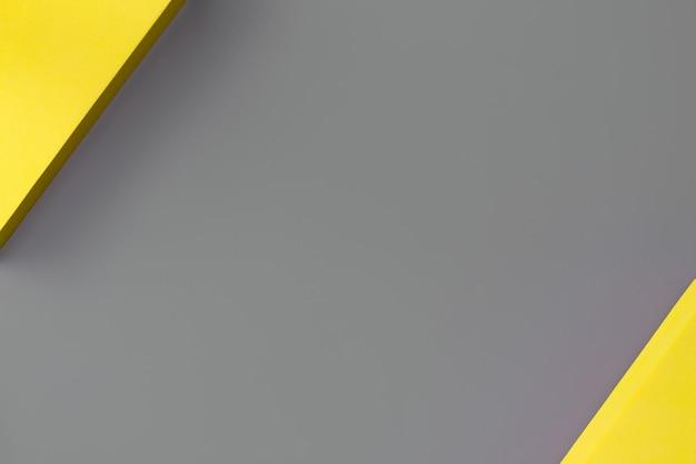 Sfondo astratto nei colori di tendenza dell'anno 2021 pantone illuminating e ultimate gray, concetto di minimalismo. lay piatto