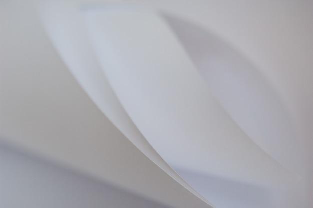 Sfondo astratto di un foglio ritorto di carta bianca