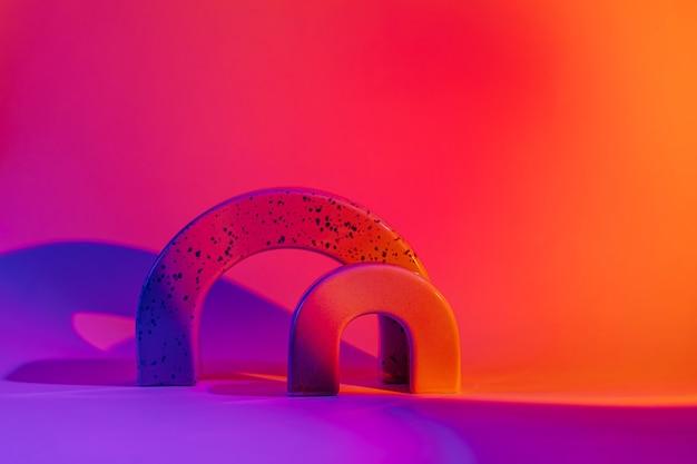 Sfondo astratto con forme geometriche alla luce al neon. forme geometriche alla moda.
