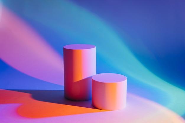Sfondo astratto con podi in luce al neon per la presentazione del prodotto. forme geometriche alla moda per mostrare i prodotti.