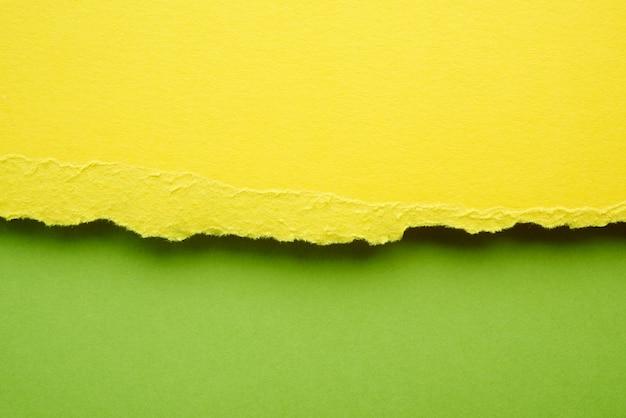 Sfondo astratto con bordi strappati di carta gialla