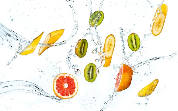 Sfondo astratto con frutti tropicali in gocce d'acqua isolate su bianco