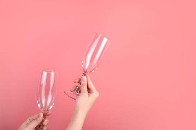 Sfondo astratto con la mano di una donna che tiene un bicchiere di champagne