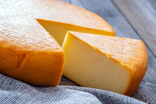 Bandiera astratta con una testa di formaggio, con un pezzo ritagliato per la progettazione concettuale