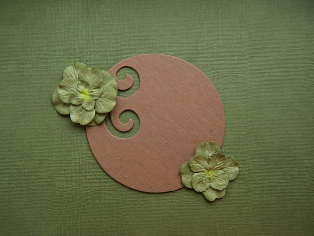 Bello fondo astratto nello stile dei media misti con l'ornamento floreale