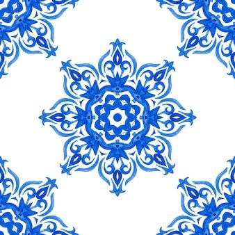 Modello di pittura ad acquerello ornamentale senza cuciture delle mattonelle del medaglione del fiocco di neve disegnato a mano astratto blu e bianco può essere usato come una cartolina di natale o uno sfondo