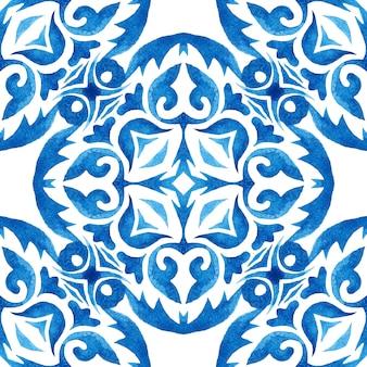 Reticolo ornamentale senza giunte dell'acquerello delle mattonelle strutturate disegnate a mano blu e bianche astratte