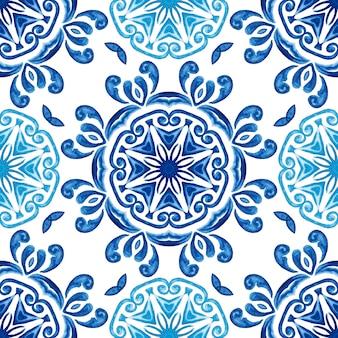 Astratto blu e bianco disegnato a mano piastrelle testurizzate seamless pattern acquerello ornamentale.