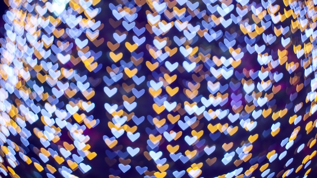 Il giorno di san valentino di amore di forma del cuore bianco blu astratto della sfuocatura sull'albero in giardino