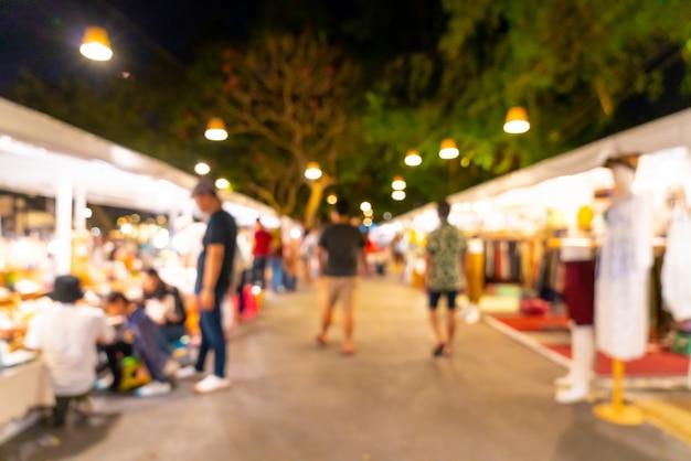 Sfocatura astratta e mercato di strada sfocato di notte