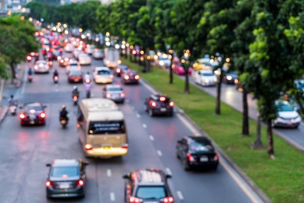 Sfocatura astratta e ingorgo stradale sfocato in città