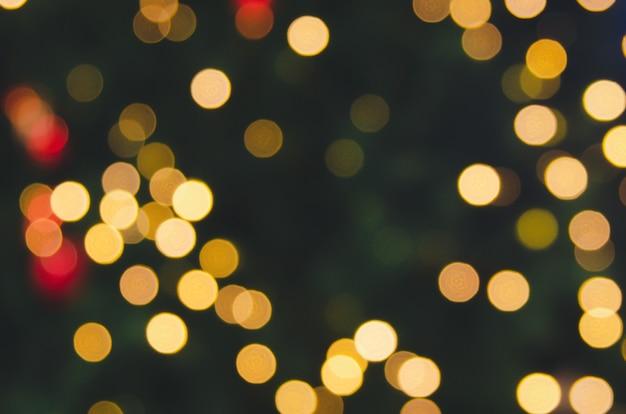 Sfocatura astratta bokeh di luce dalle luci dell'albero di natale. tono vintage