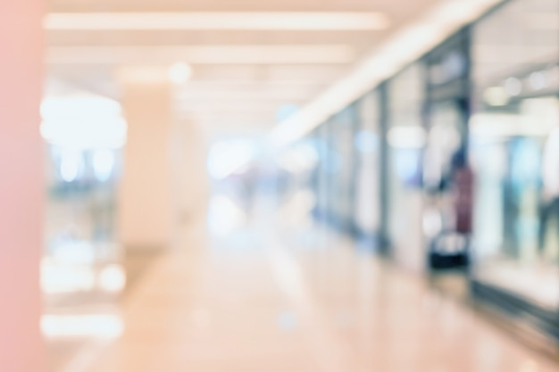 Sfuocatura astratta centro commerciale e interni di grandi magazzini con gente che cammina