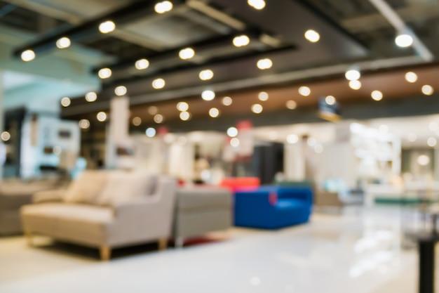 Sfocatura astratta divano nell'interno del negozio di showroom di mobili per la casa con sfondo chiaro bokeh per l'esposizione del prodotto di montaggio
