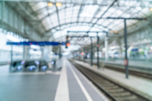 Sfocatura astratta nella stazione ferroviaria