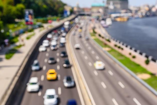 Sfondo astratto e sfocato delle molte auto in strada